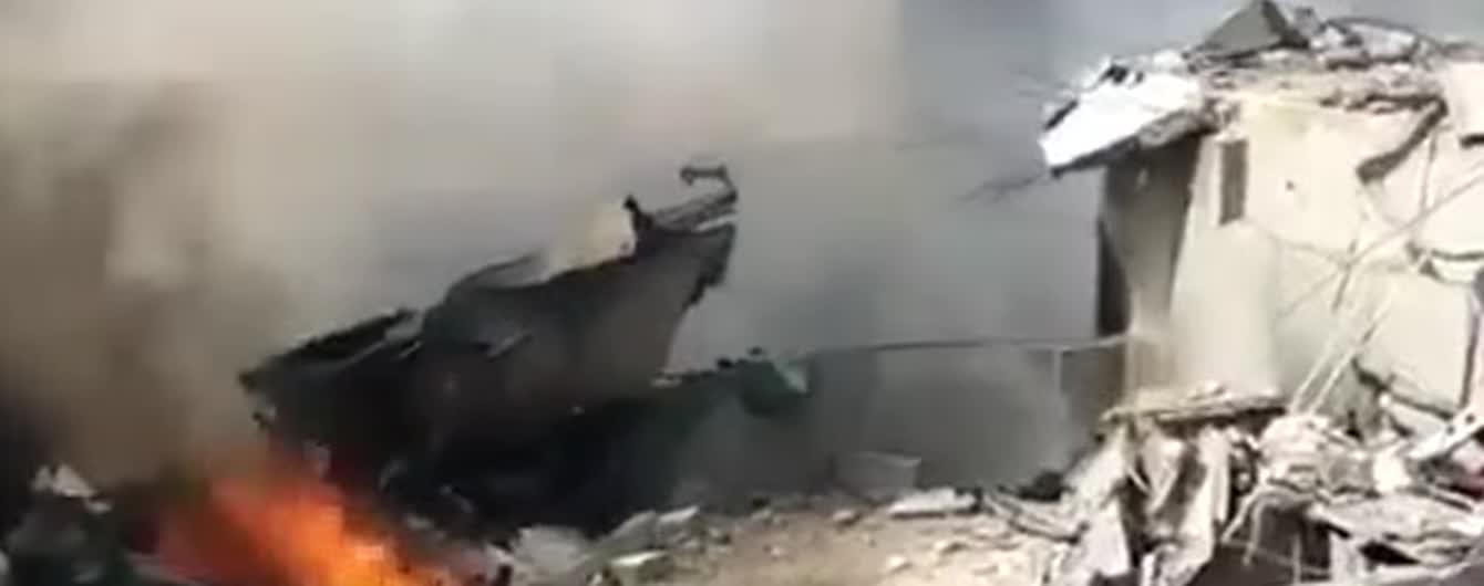У Пакистані пасажирський літак впав на житлові будинки: очевидці публікують відео з місця аварії
