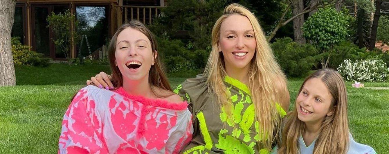 Оля Полякова показала босоногих дочок у яскравих вишитих сукнях