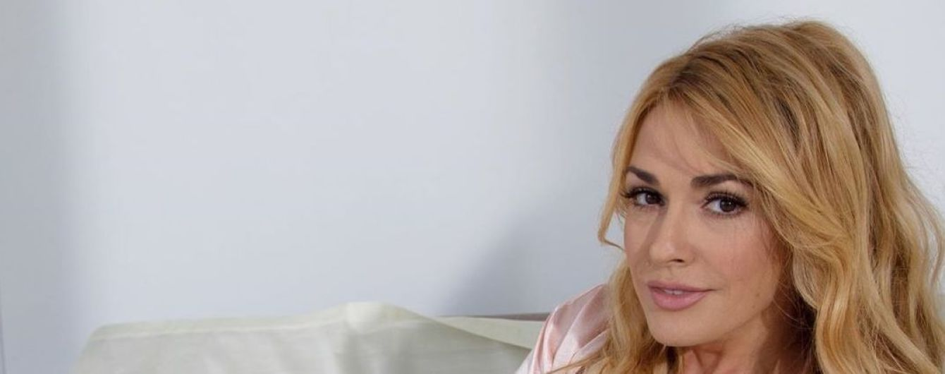 53-летняя Ольга Сумская в розовой ночнушке соблазнительно позировала на кровати