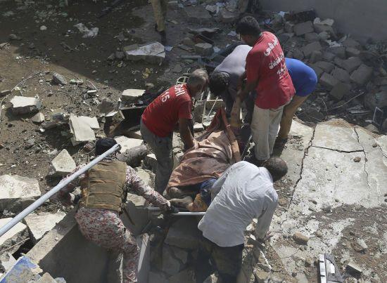 В авіатрощі у Пакистані вижив принаймні один пасажир - ЗМІ