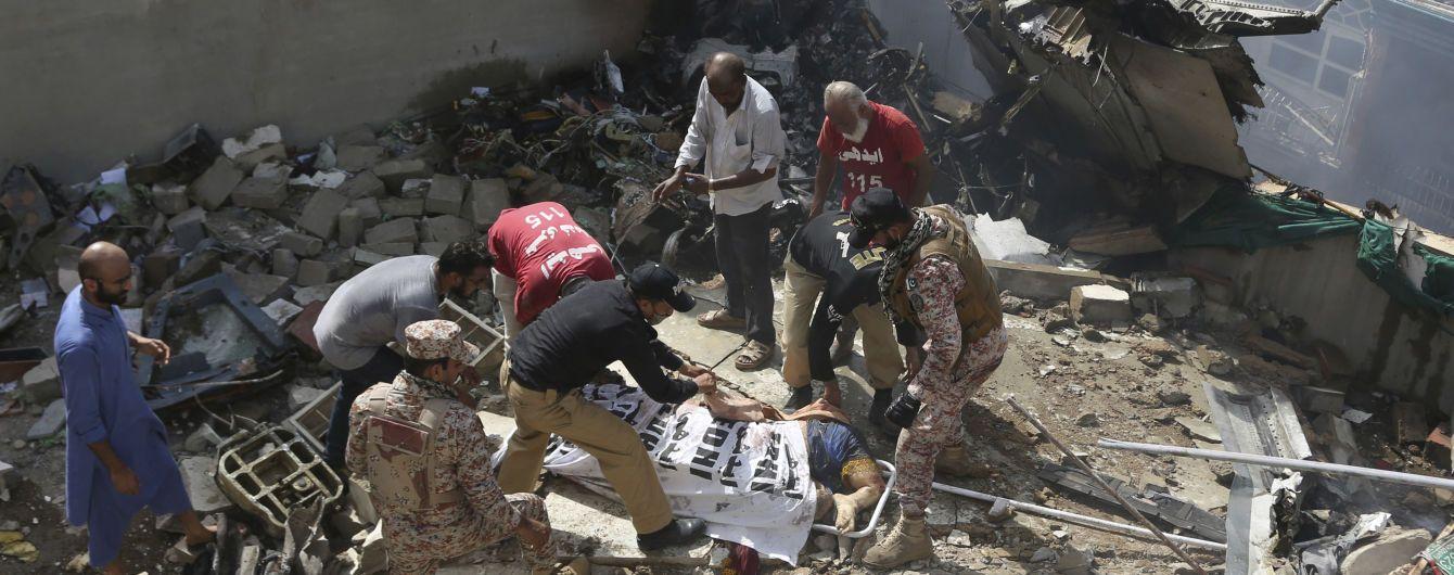 Расстегнул ремень и выпрыгнул из самолета: как двое пассажиров чудом пережили катастрофу в Пакистане