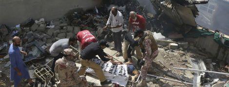 Розстібнув пасок та вистрибнув з літака: як двоє пасажирів дивом пережили катастрофу в Пакистані