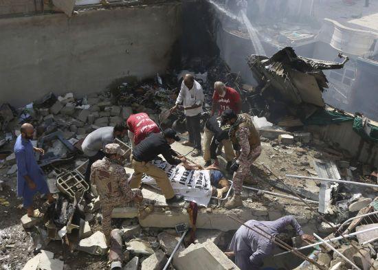 Авіакатастрофа в Пакистані: усі люди на борту загинули - мер міста