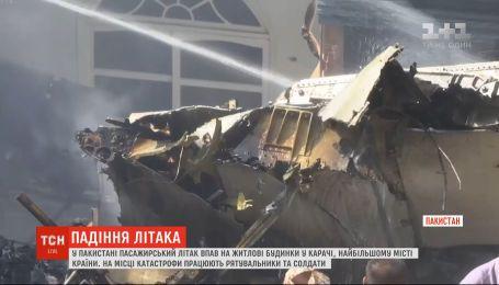 В Пакистане пассажирский самолет упал на жилой квартал: на борту было более сотни людей