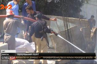 Біля аеропорту Карачі пасажирський літак впав просто на житлові будинки