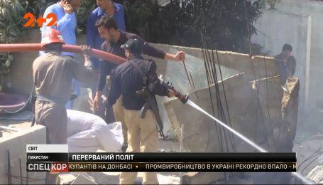Возле аэропорта Карачи пассажирский самолет упал прямо на жилые дома