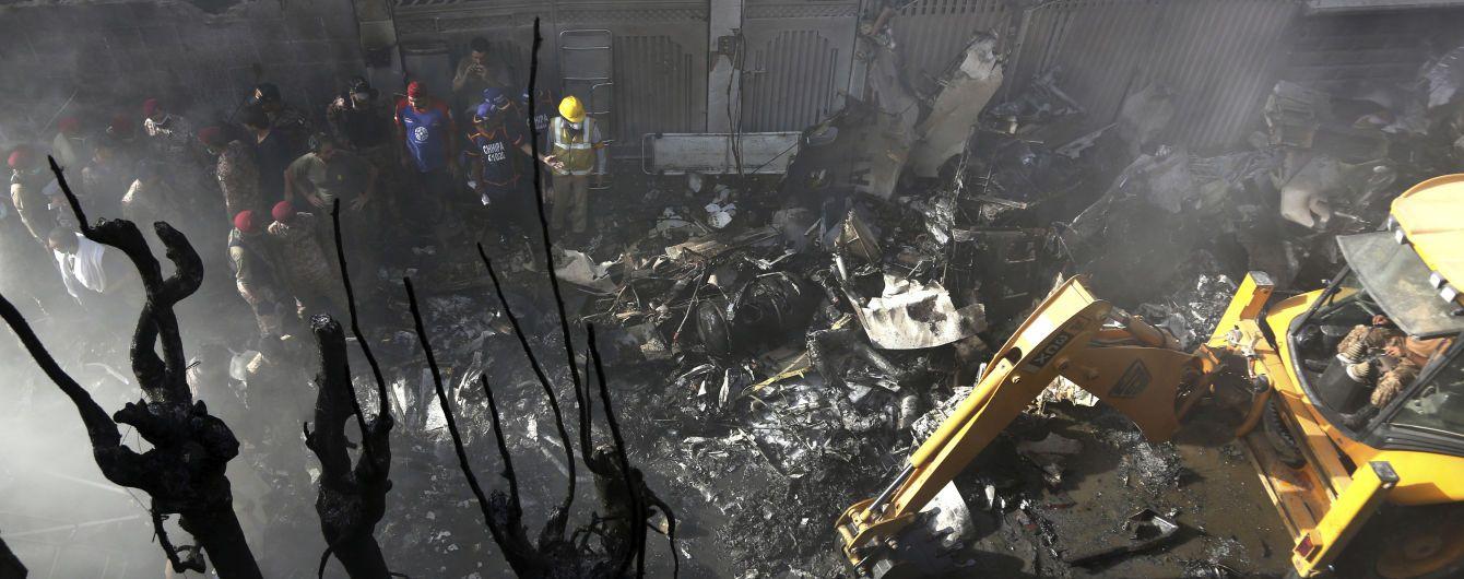 Кількість жертв авіакатастрофи в Пакистані зросла