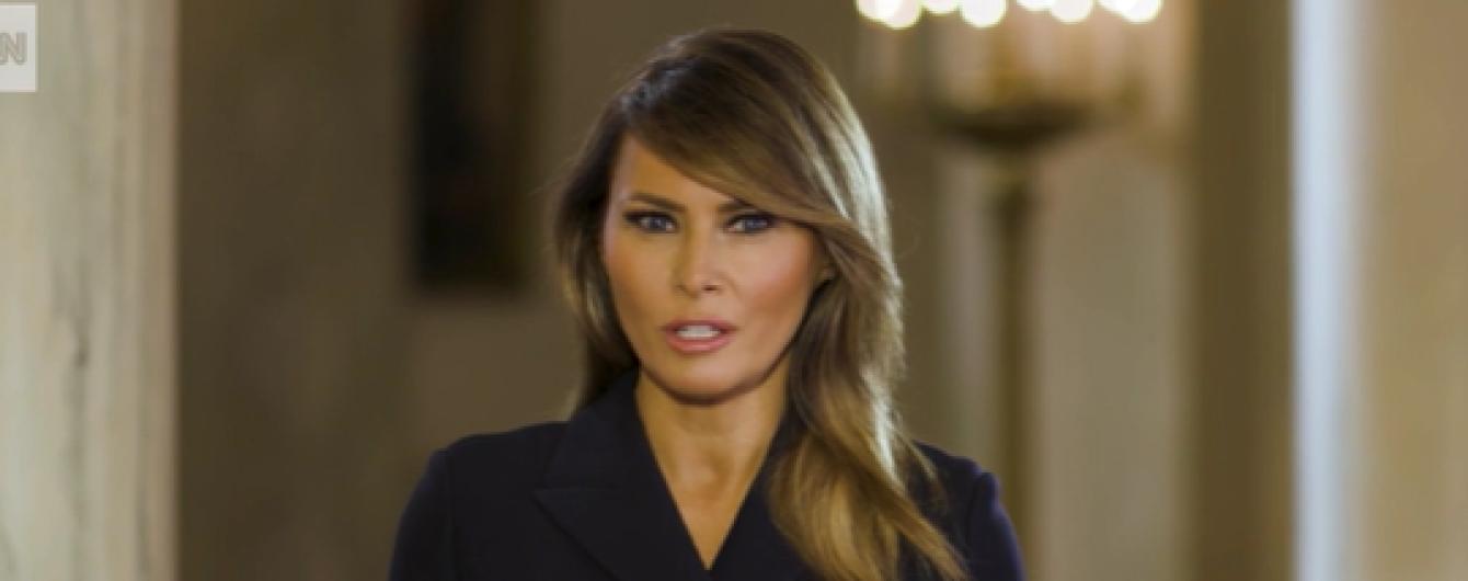 У чорному вбранні і з улюбленим макіяжем: Меланія Трамп записала нове відеозвернення