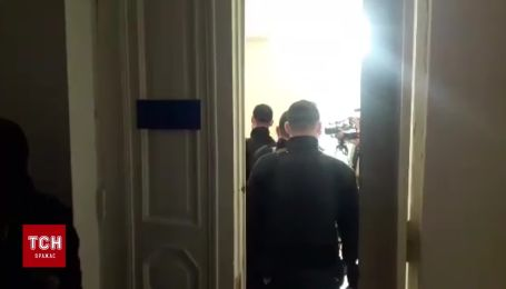 Підозрюваного у справі про розстріл колишніх АТОвців завели до залу суду