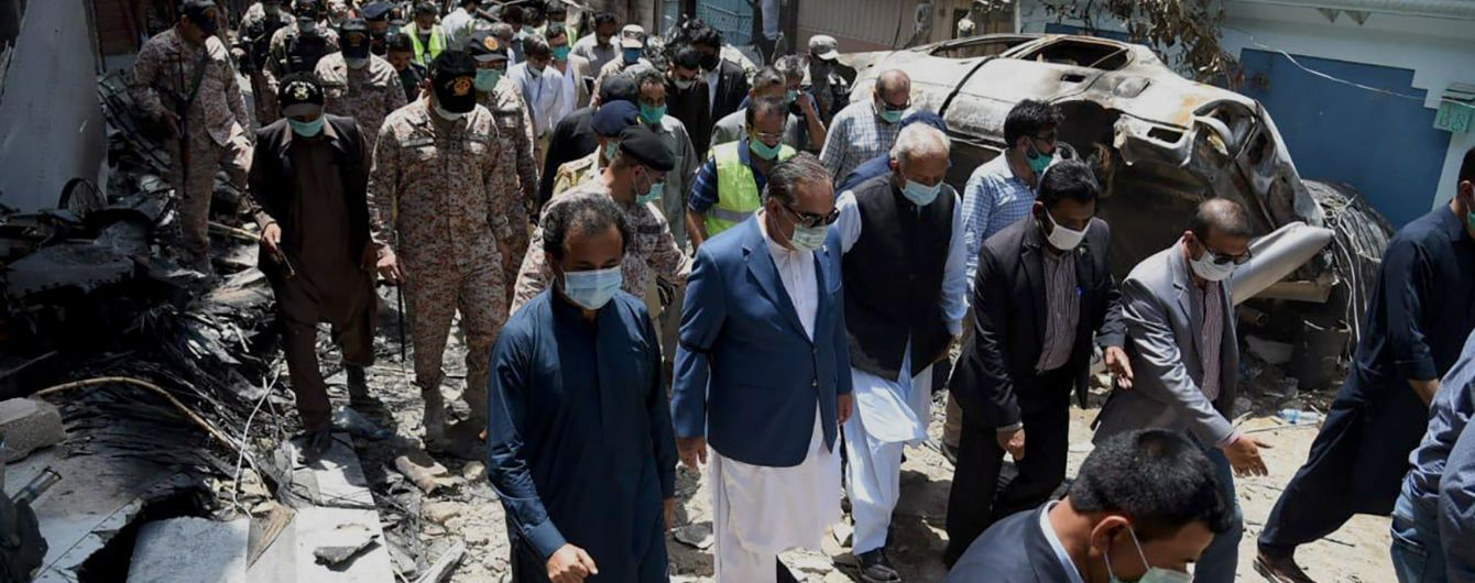 Падение на жилой квартал и взрыв: в Сети появилось видео момента авиакатастрофы в Пакистане