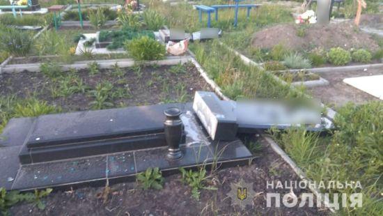 У Харківські області маленькі діти пошкодили 13 могил на кладовищі