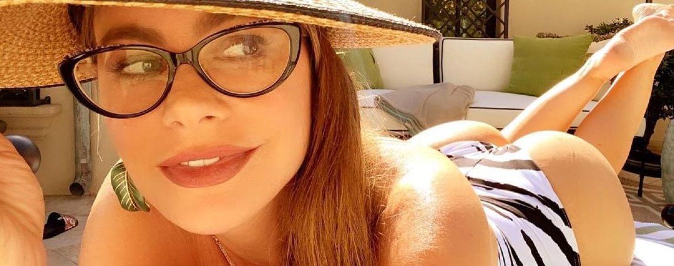 У цікавих купальниках: ефектна Софія Вергара позувала в басейні