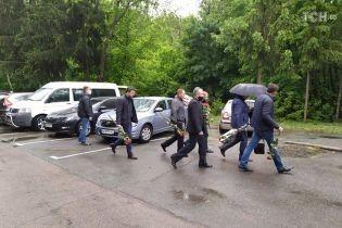 Під зливою та з посиленим рівнем приватності: у Києві прощаються з застреленим нардепом Давиденком