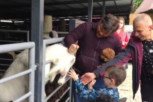 Насварив козла та дав тварині стусана: ексглаву ОП Богдана заскочили у київському зоопарку
