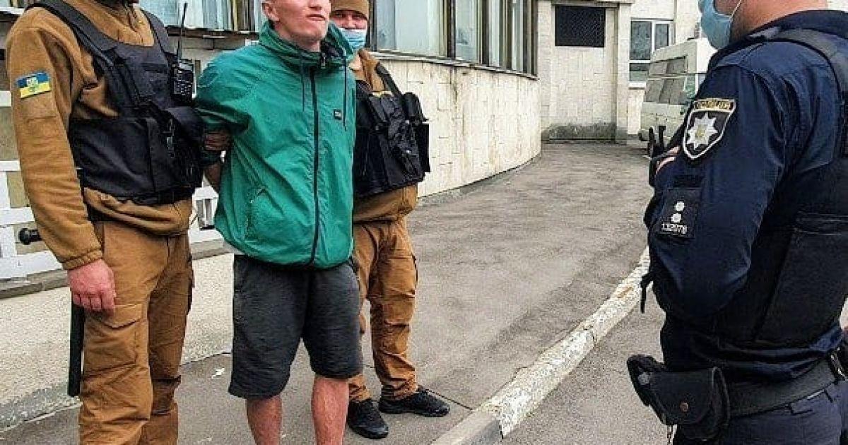 У Києві агресивний чоловік чіплявся до людей та намагався напасти на муніципала