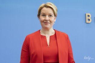У червоній сукні-футлярі з пікантним вирізом: ефектний образ німецької міністерки