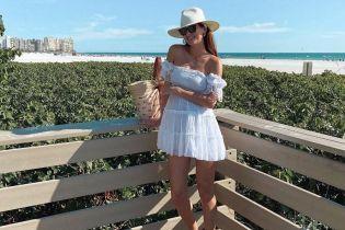 У білій мінісукні: вагітна Олеся Стефанко похизувалася пляжним луком