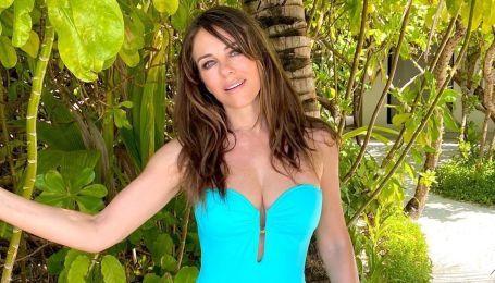 Знову у блакитному: 54-річна Елізабет Герлі в купальнику похизувалася стрункою фігурою