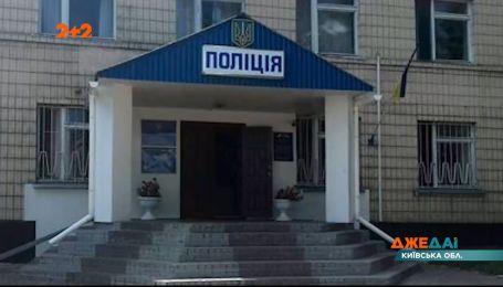 В Кагарлыке задержали двух полицейских, которые издевались над местной женщиной