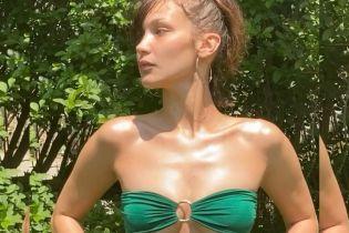 Красуня в бікіні: Белла Хадід приймає сонячні ванни