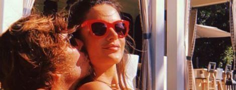 В обіймах бойфренда: Алессандра Амбросіо ніжиться на сонці біля басейну