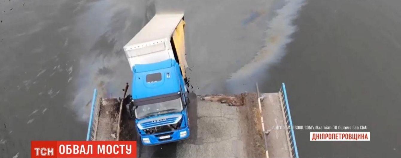 Обвал мосту у Нікополі: фахівці розпочинають зведення понтону біля зруйнованої переправи