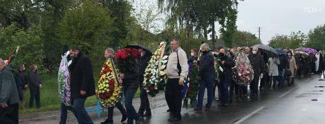 У Чернігівській області сотні людей прийшли проститись з застреленим депутатом Давиденком
