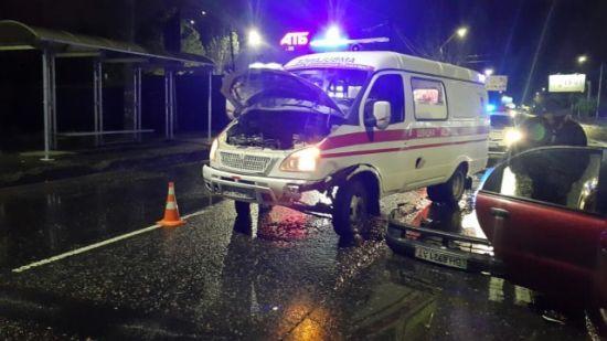 """На трасі в Одесі машина влетіла в """"швидку"""", яка прибула за викликом на ДТП"""