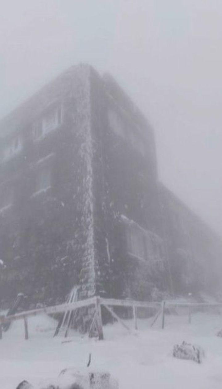 На горі Піп Іван у Карпатах випало 15 сантиметрів снігу