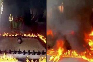 """Индийский священник закопался в """"адскую"""" землю, чтобы побороть пандемию"""