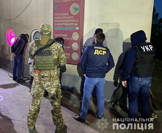 Кілерів, які підстрелили іноземця у Києві, затримали в Одесі