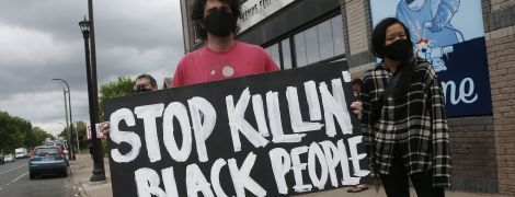У США афроамериканець помер після затримання копами: сотні людей вийшли протестувати