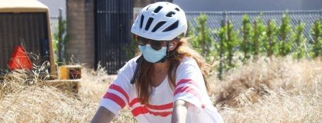 В масках і на велосипедах: Айла Фішер з чоловіком потрапили в об'єктиви папараці
