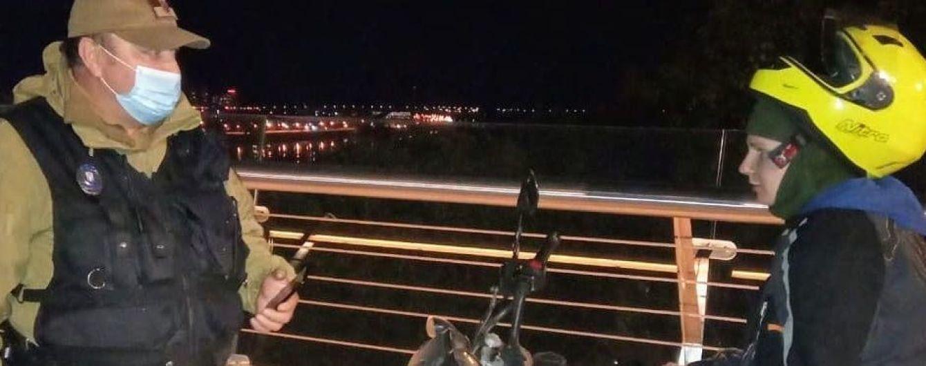 """У Києві серед ночі молодик на мотоциклі намагався проїхати """"мостом Кличка"""""""