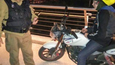 """В Киеве среди ночи парень на мотоцикле пытался проехать по """"мосту Кличко"""""""