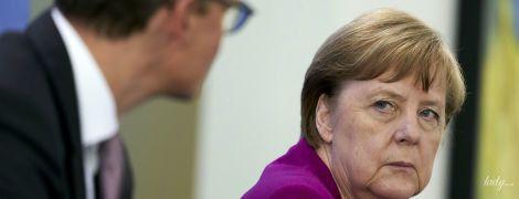 В жакете баклажанового цвета: Ангела Меркель повторила образ
