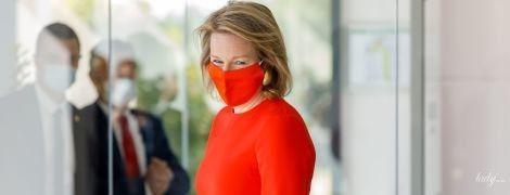 В красном костюме и маске в тон: стильный выход королевы Матильды