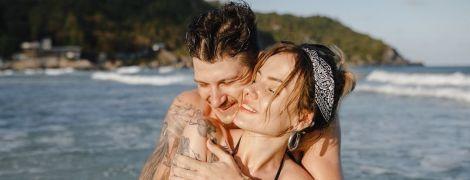 Сексапільна MamaRika у купальнику показала, як чоловік пестив її сідниці