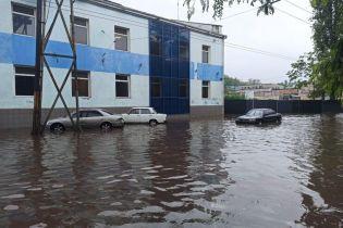 """Україну затопило зливами та побило градом: які міста """"плавають"""""""