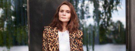 У леопардовому плащі і білосніжній сукні: ефектний образ для літа від Олени Лавренюк