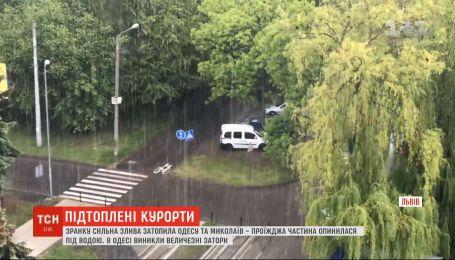 Затопленная Одесса и водяной смерч у Ровно: Украину накрыли ливни, град и ураганы