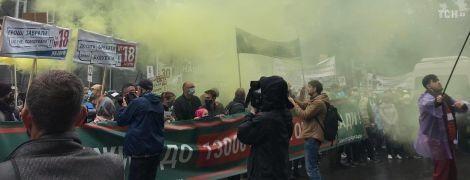 Более тысячи митингующих полностью перекрыли движение по Крещатику