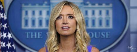 У сукні волошкового кольору і на шпильках: 31-річна прессекретарка Білого дому продемонструвала ефектний лук