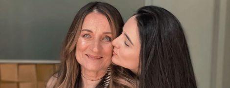 Анна Тринчер шокировала молодым видом своей бабушки с длинными волосами
