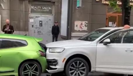 У Києві на велосипедній доріжці зіткнулися три авто