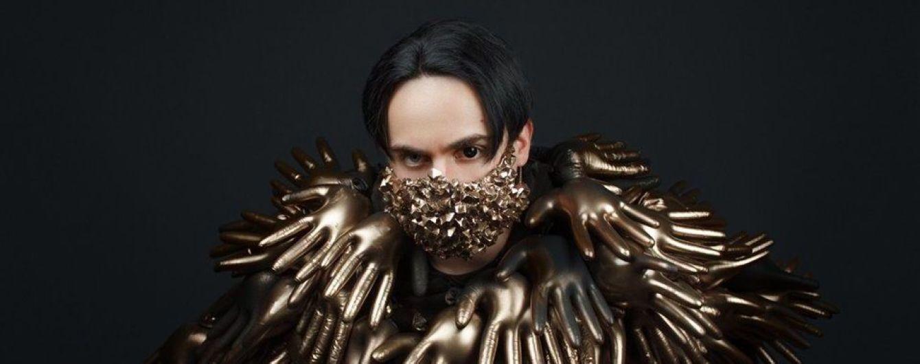 Епатажний MELOVIN у золотій масці та костюмі з рукавичок здивував образом