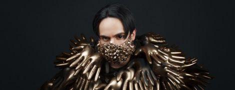Эпатажный MELOVIN в золотой маске и костюме из перчаток удивил образом