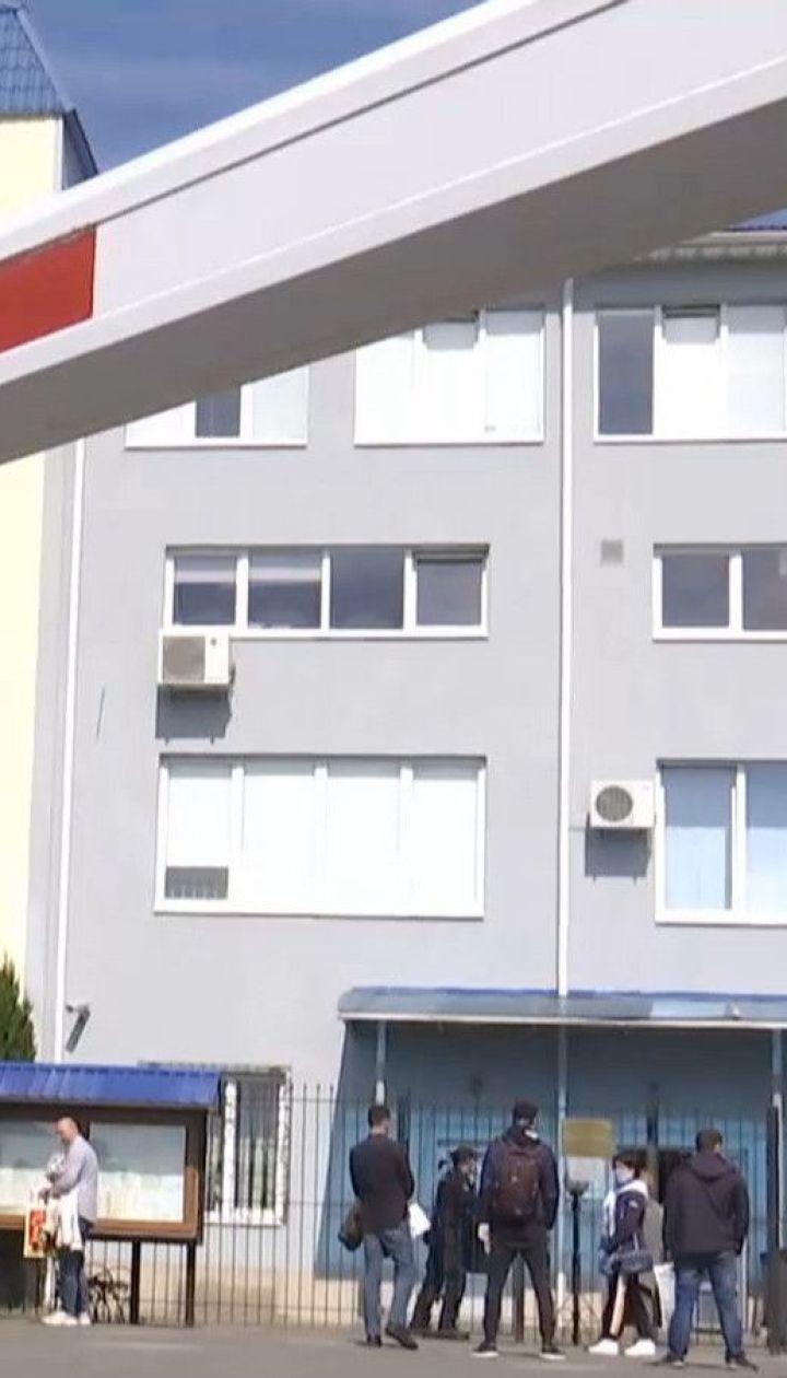 Українці починають масово виготовляти робочі візи утворюючи черги у консульствах