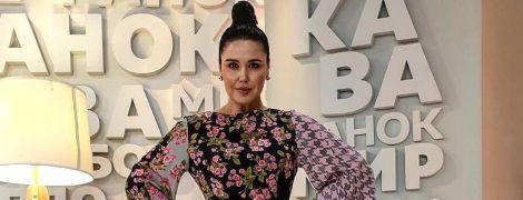 У квітковій сукні з високим розрізом: Людмила Барбір грайливо продемонструвала стрункі ноги