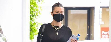 У шкіряних штанях і масці: Гейлі Бібер потрапила під приціл папараці